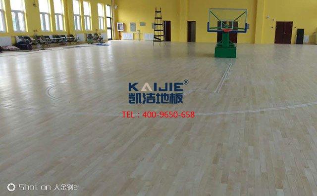一个篮球场地板铺下来大概多少钱——凯洁地板